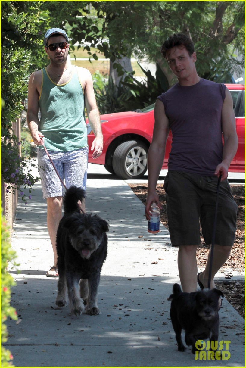 zachary quinto walking dogs 04