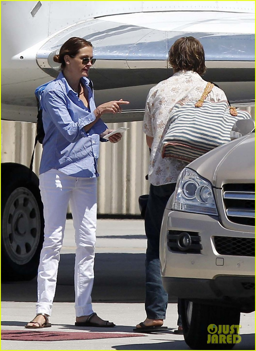 julia roberts boards private jet with the family 03