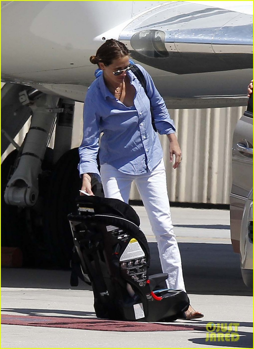 julia roberts boards private jet with the family 09