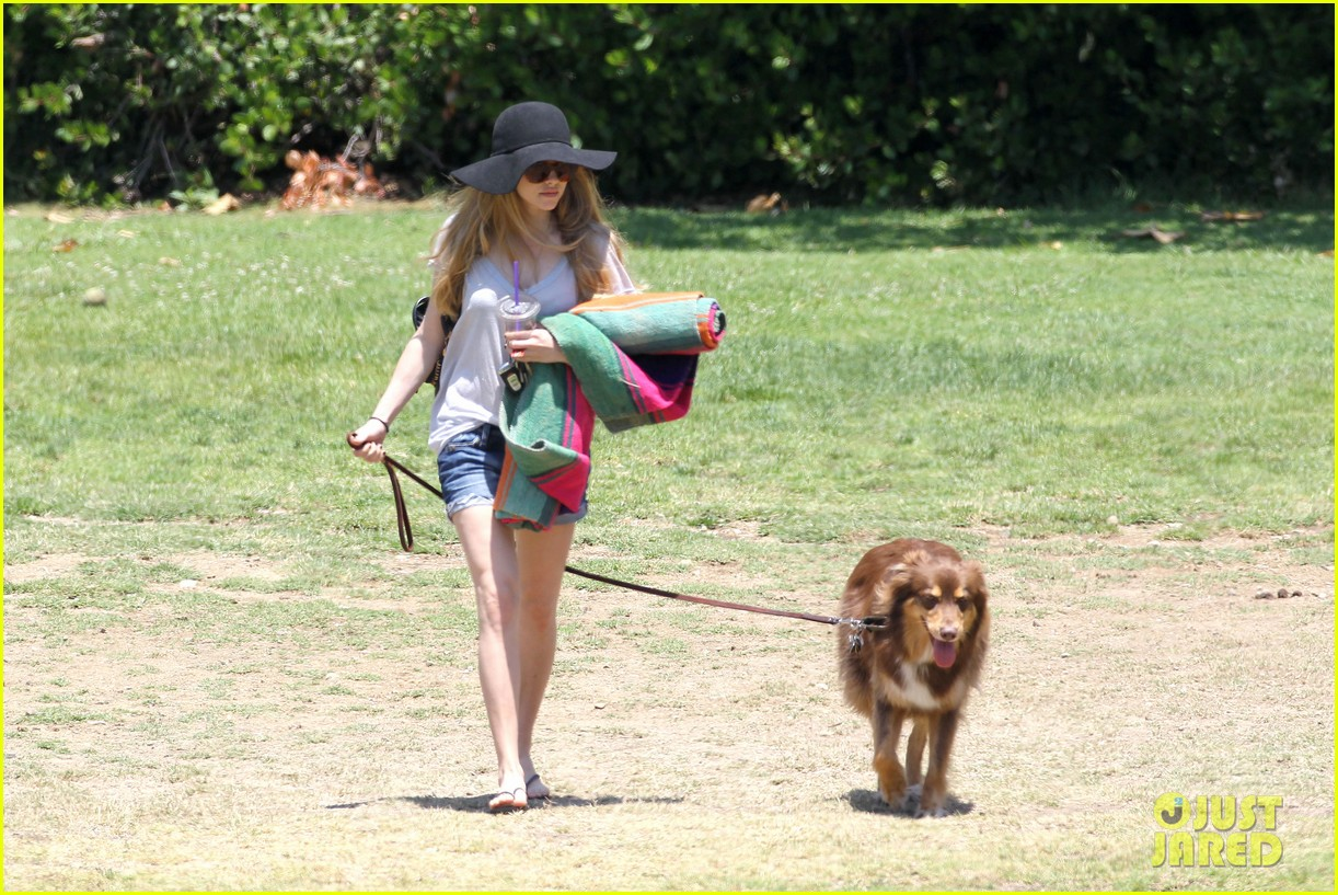 amanda seyfried park with flynn 09
