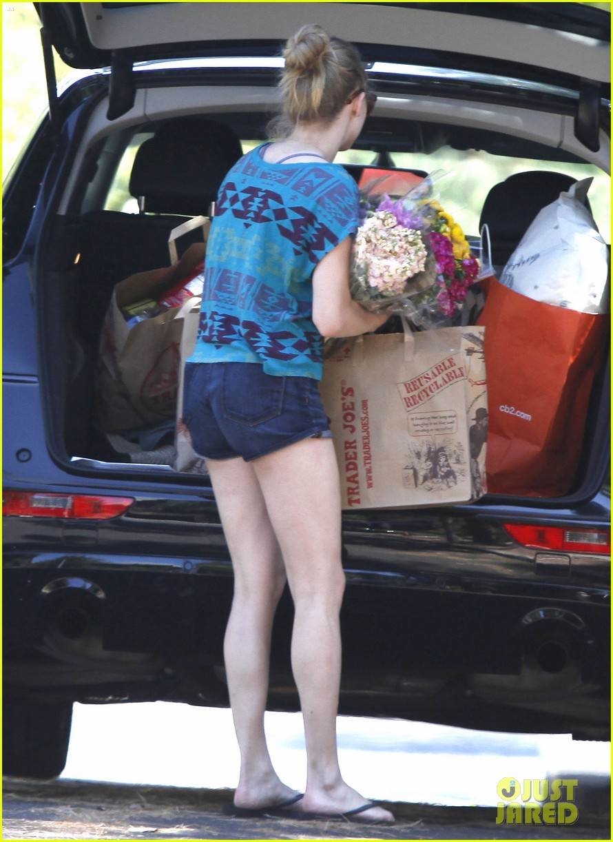 amanda seyfried trader joes 06