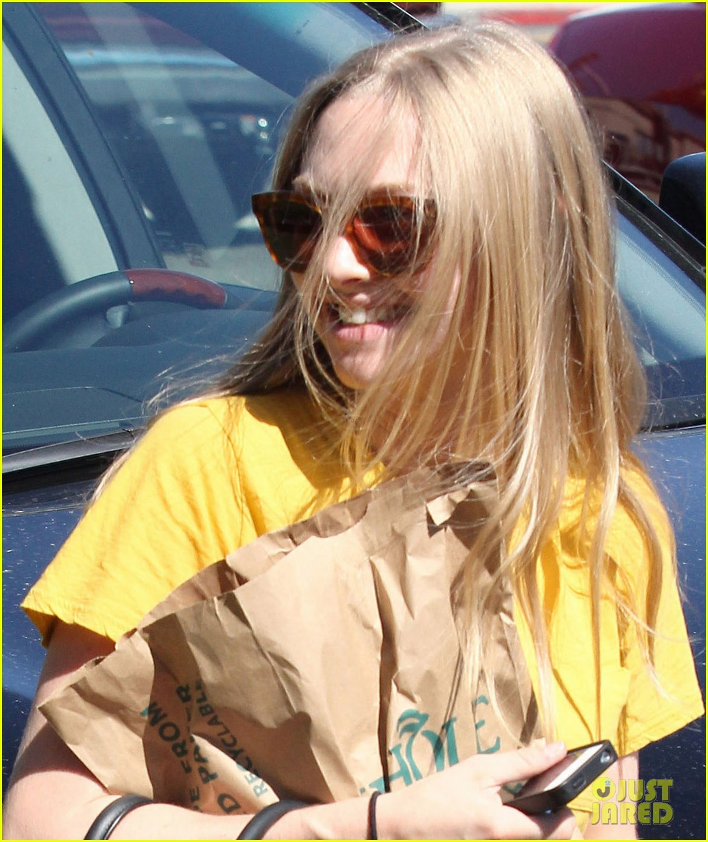 amanda seyfried leaving whole foods 07