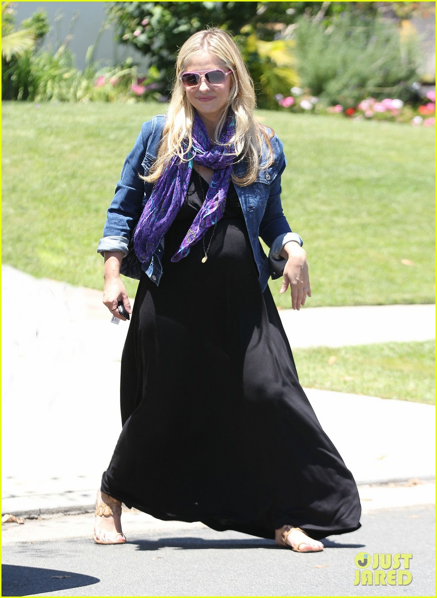 sarah michelle gellar pregnant stroll with charlotte 01
