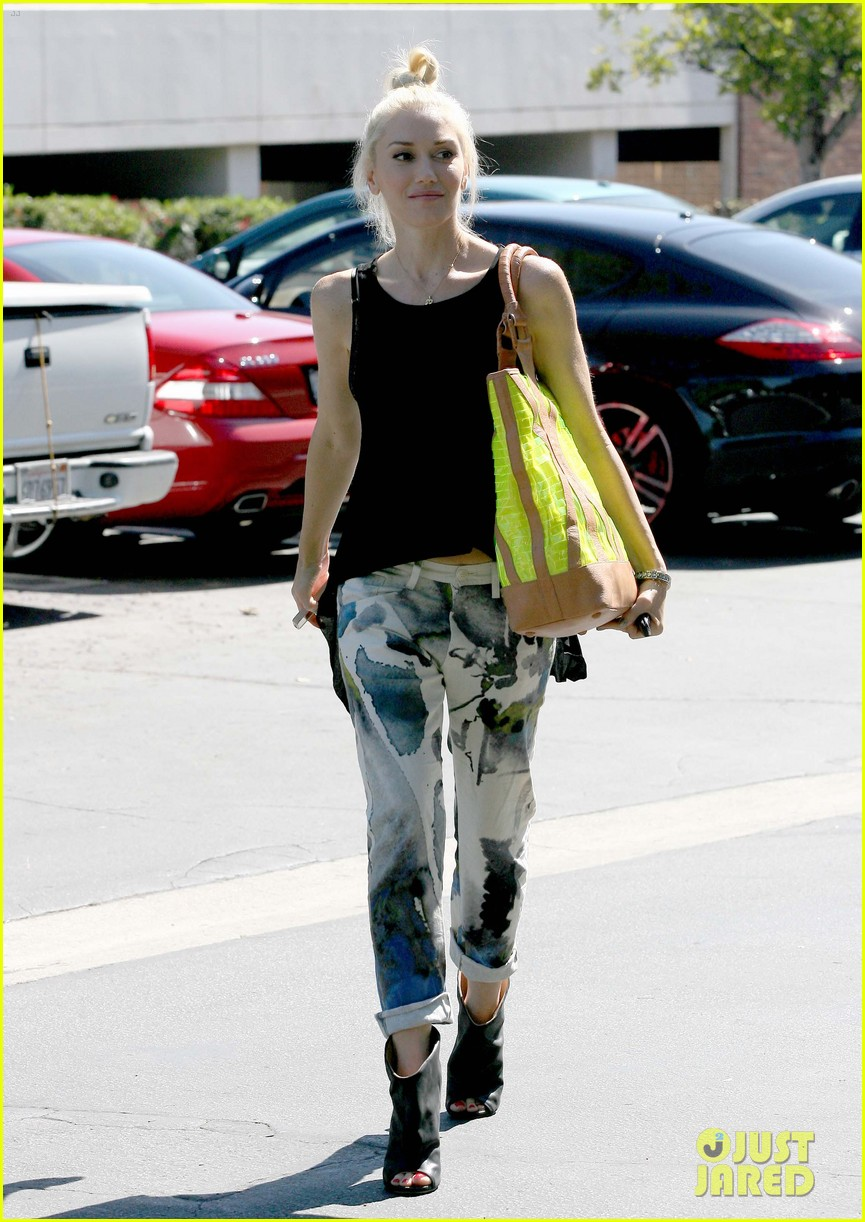 gwen stefani arriving at office 05