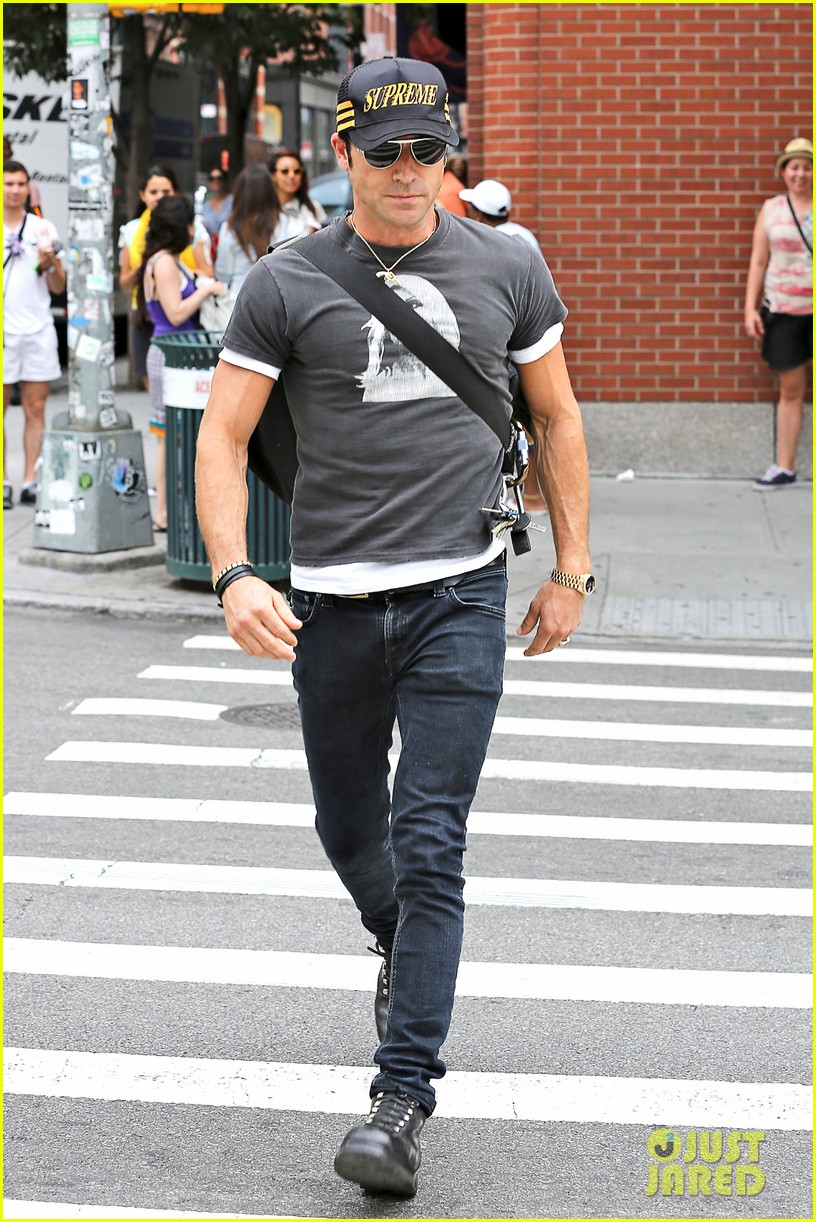 justin theroux hailing a cab 01