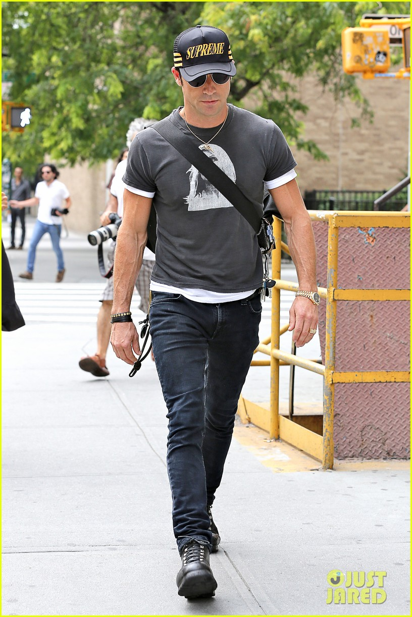 justin theroux hailing a cab 052695040
