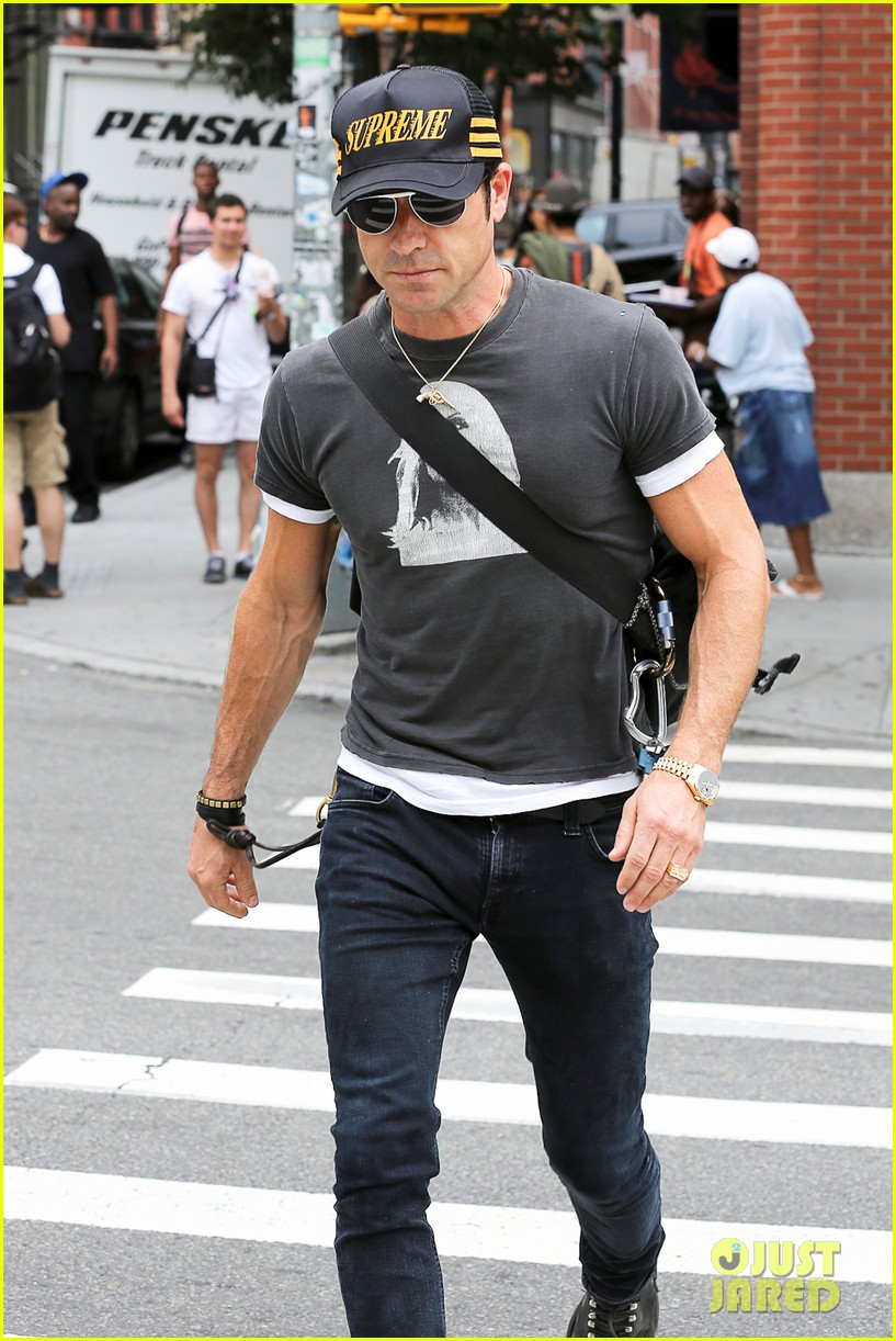 justin theroux hailing a cab 142695049