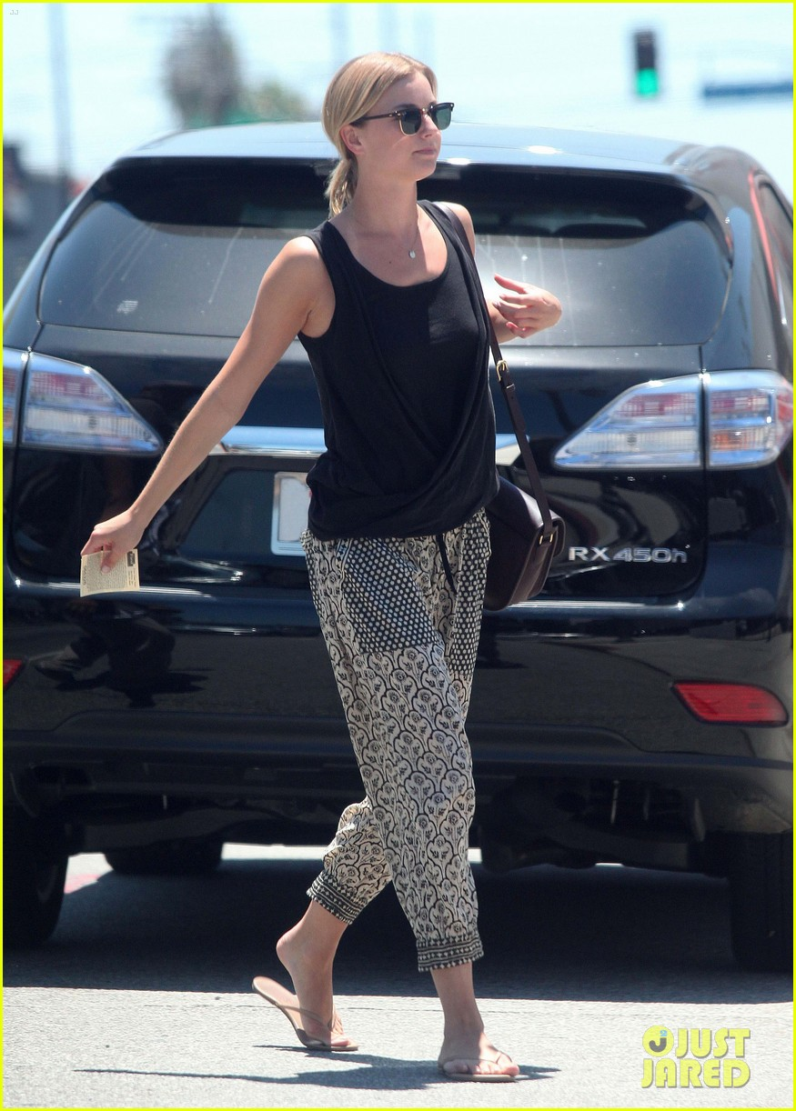emily vancamp lunch with guy friend 01