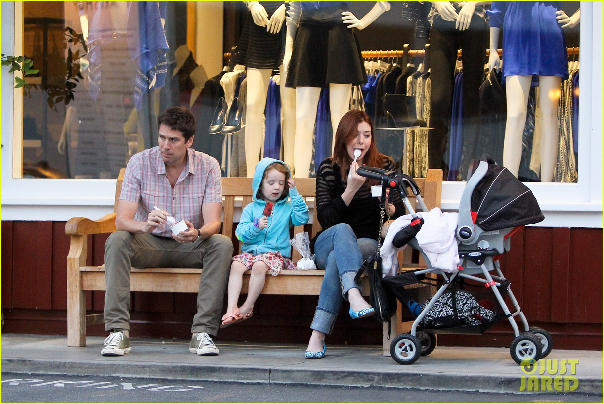 alyson hannigan mckayla maroney visits himym set 012708280