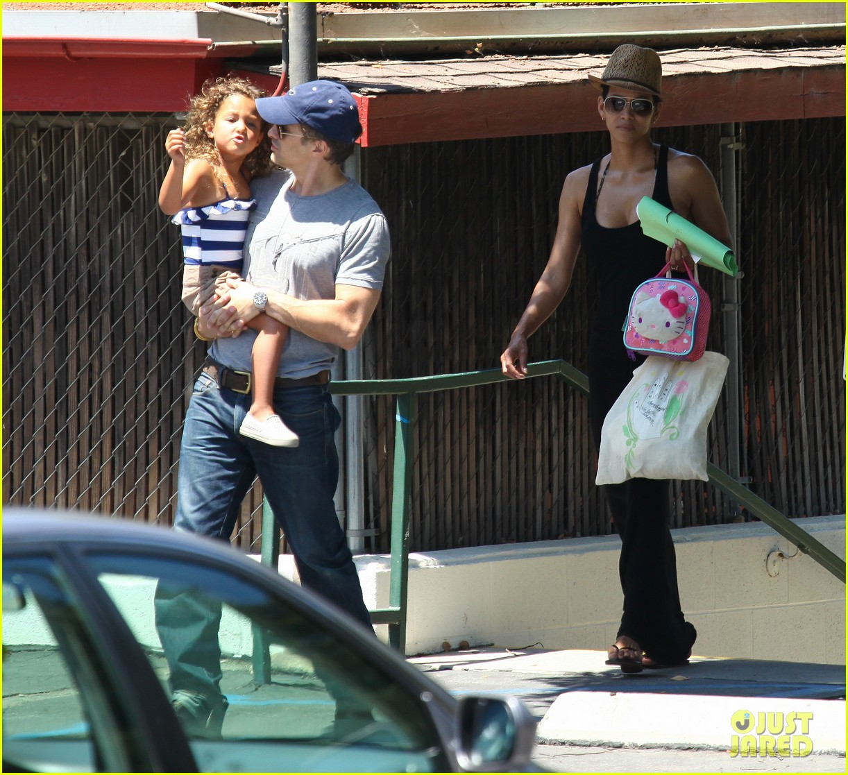 halle berry errands with olivier nahla 06
