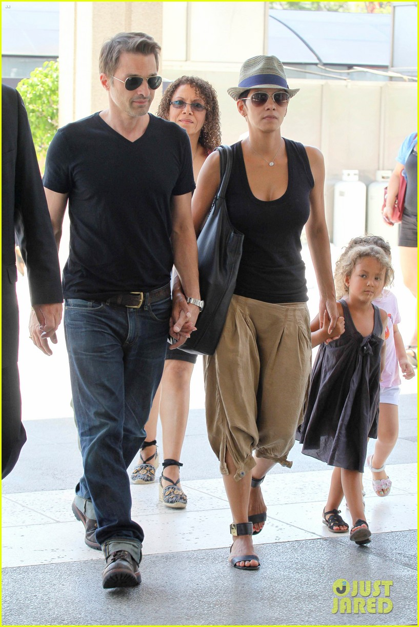 halle berry olivier martinez mary poppins with nahla 01