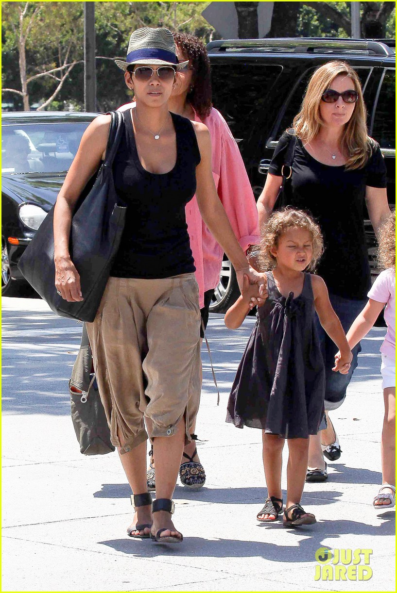 halle berry olivier martinez mary poppins with nahla 15