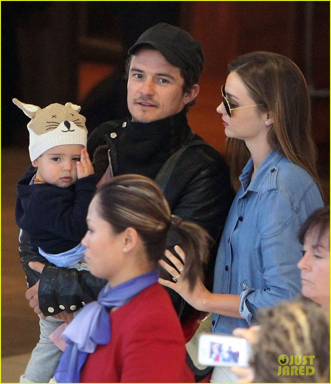 miranda kerr orlando bloom sydney arrival with flynn 01