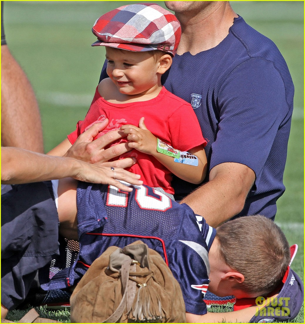 gisele bundchen tom brady training camp hangout 01