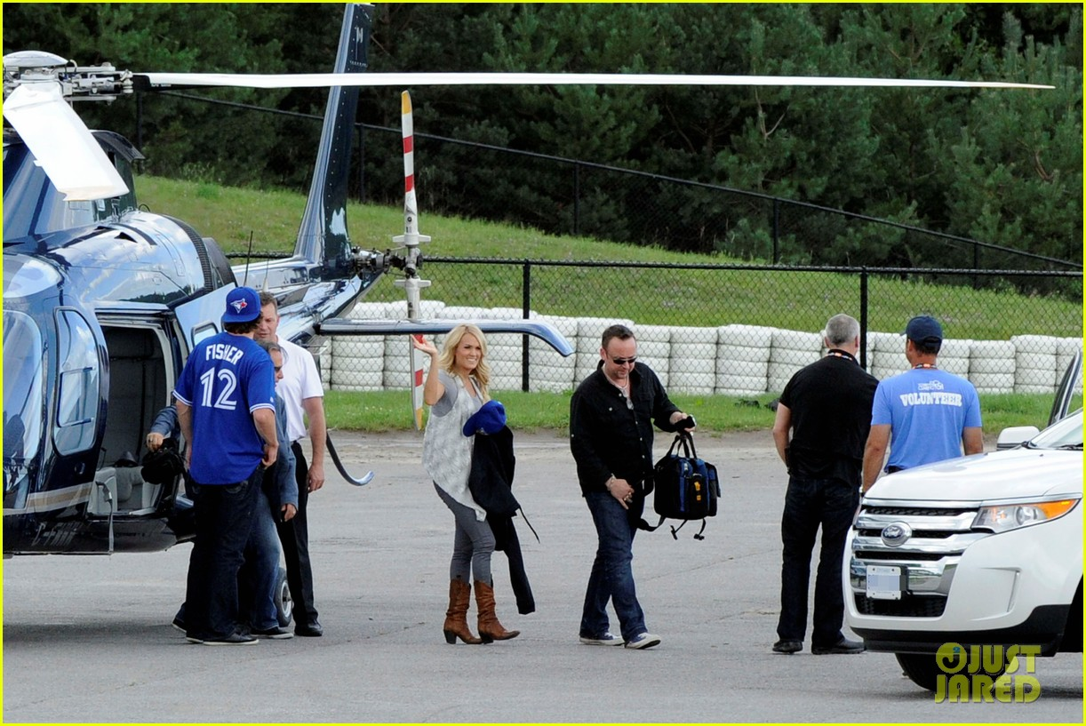 carrie underwood helicopter 042700914