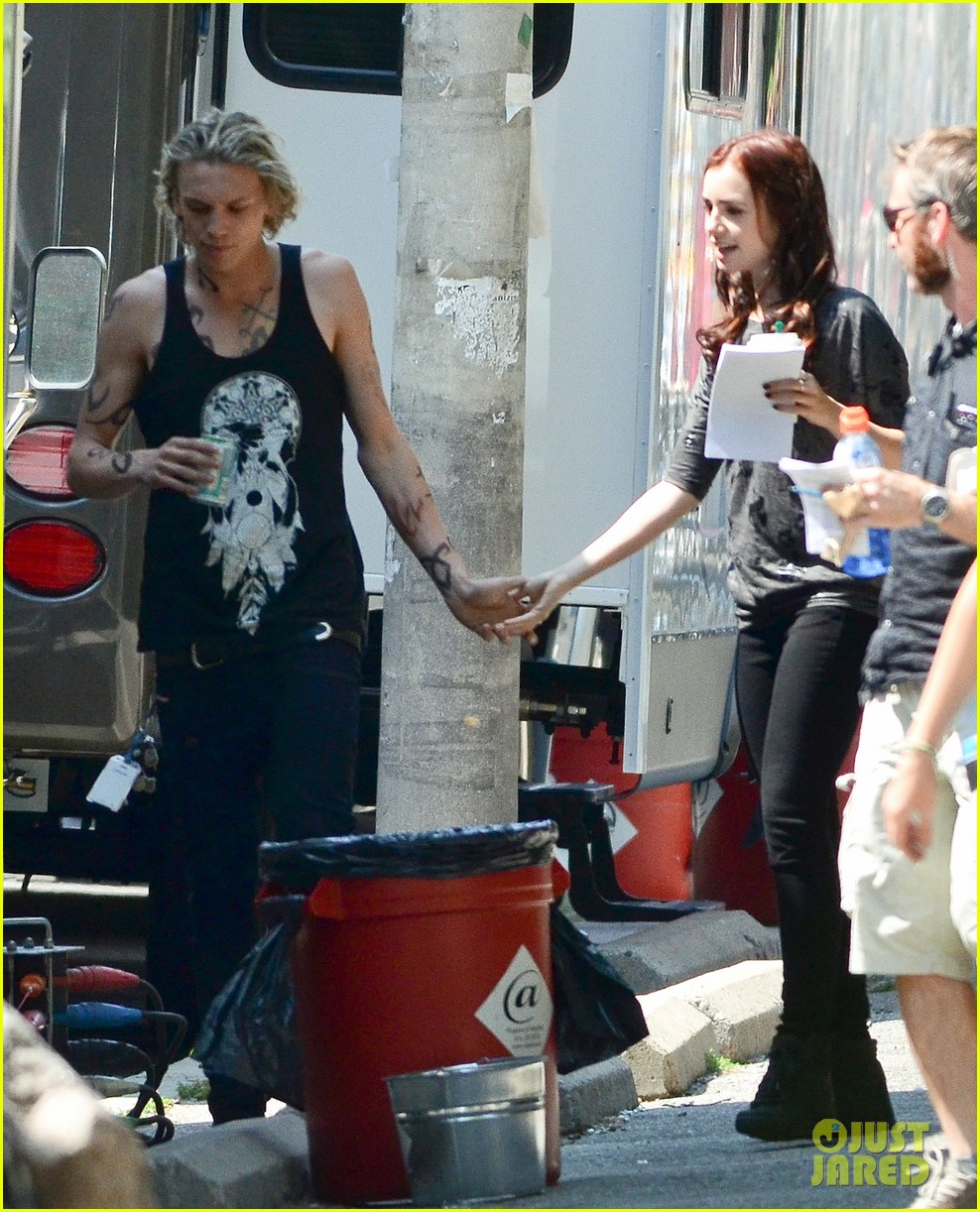 lily collins jamie campbell bower kiss on set 10