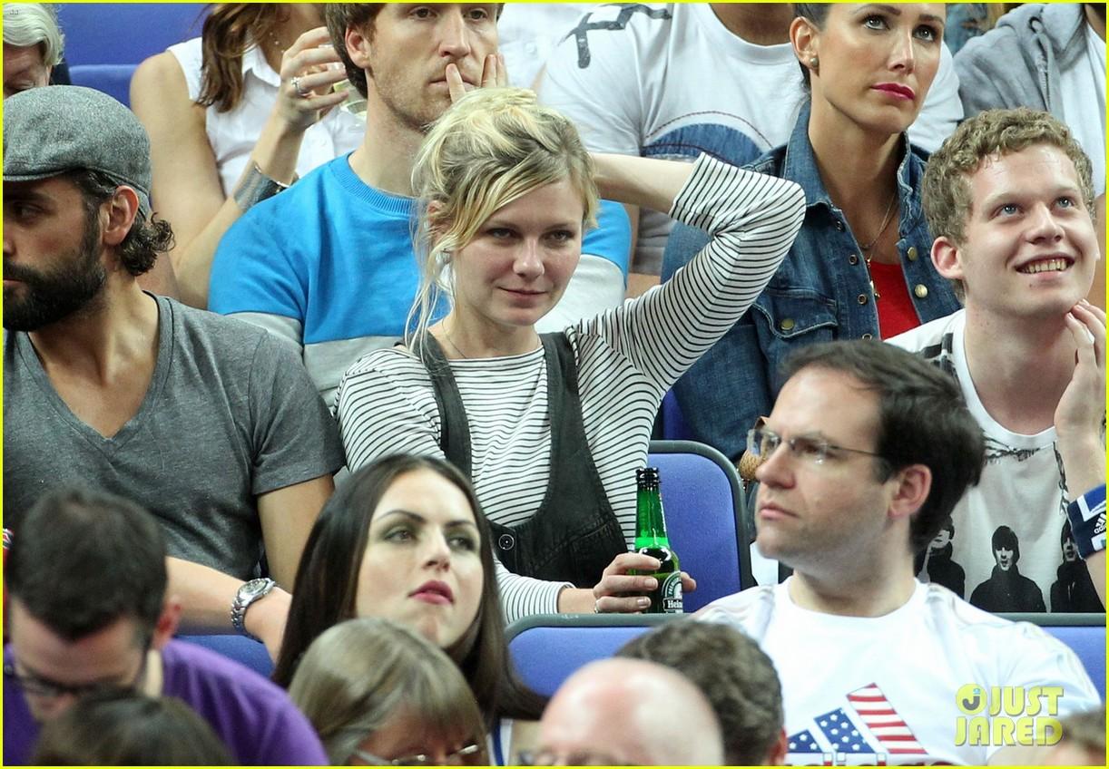 kirsten dunst oscar isaac london olympics spectators 01