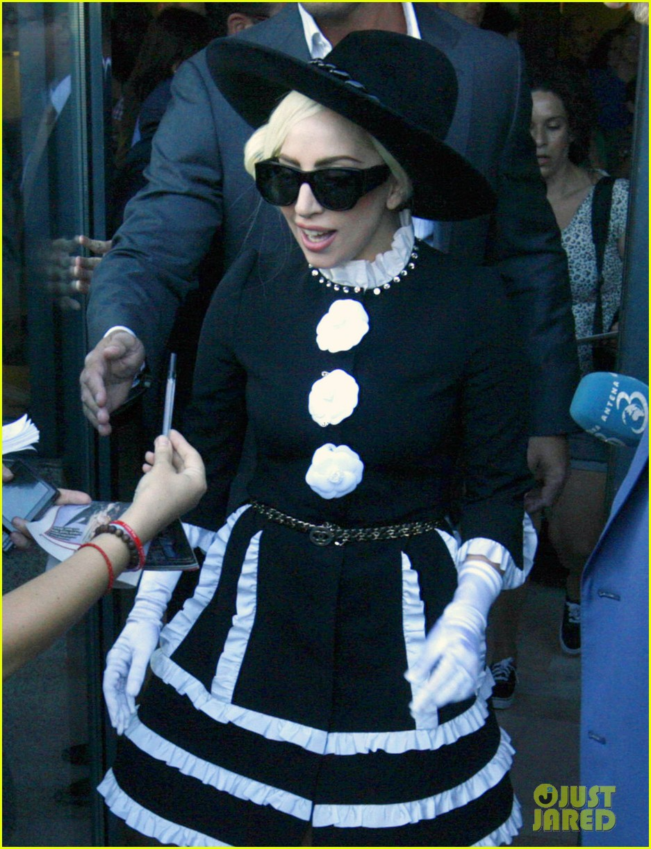 lady gaga defends wearing fur 032703571