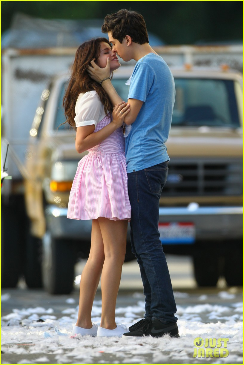 gomez on set kisses 17