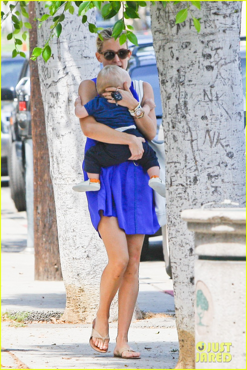 kate hudson brentwood with ryder and baby bingham 05
