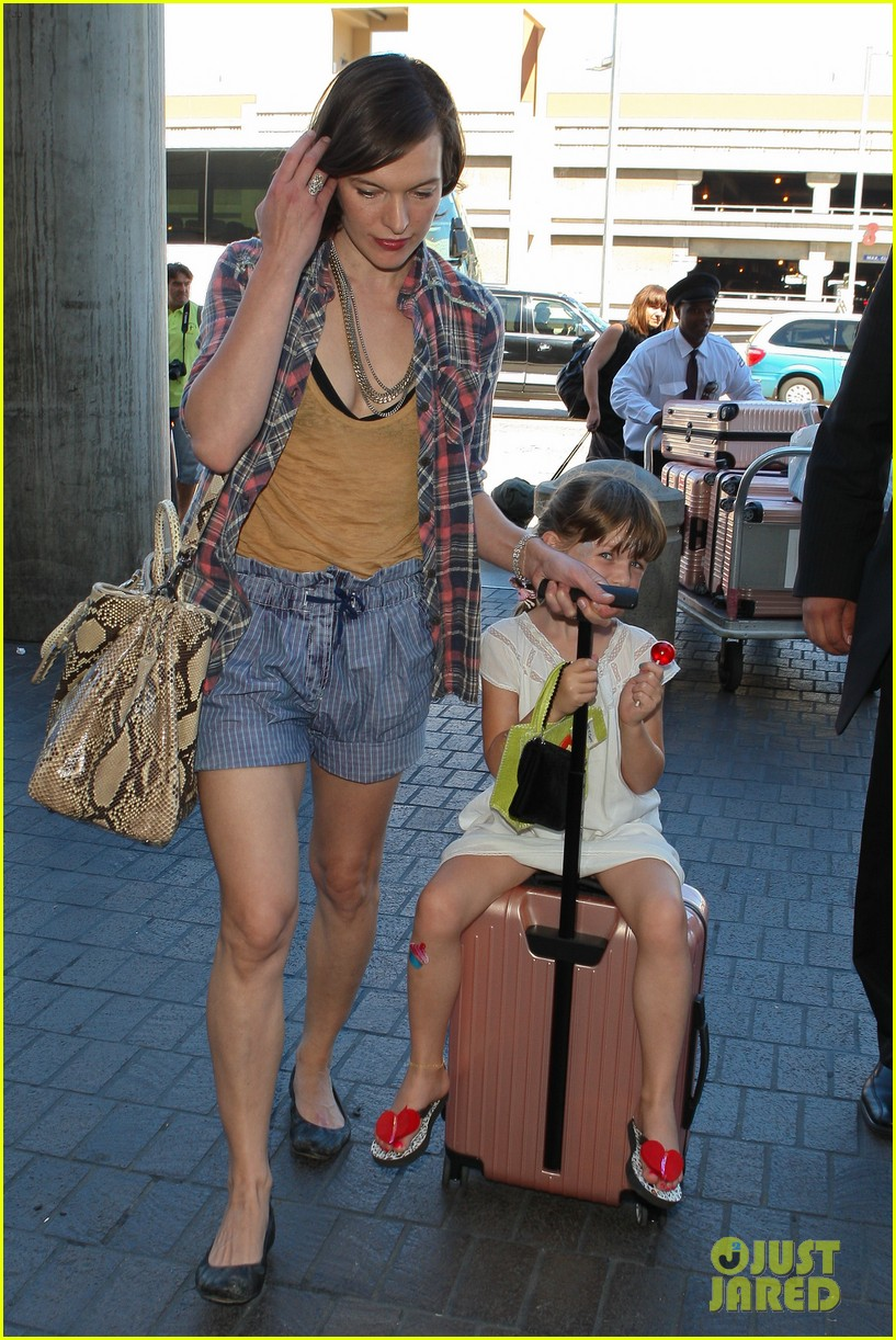 milla jovovich wheels ever through the airport 12