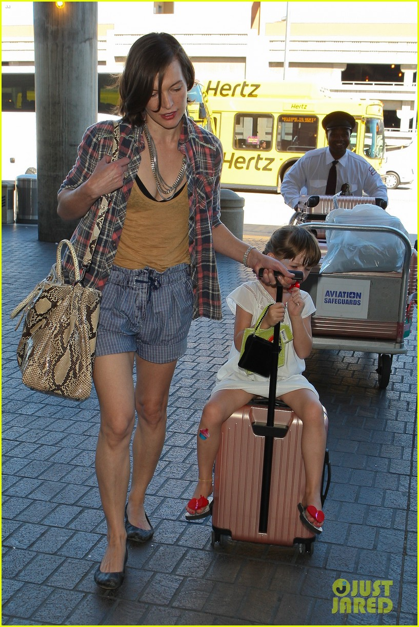 milla jovovich wheels ever through the airport 13