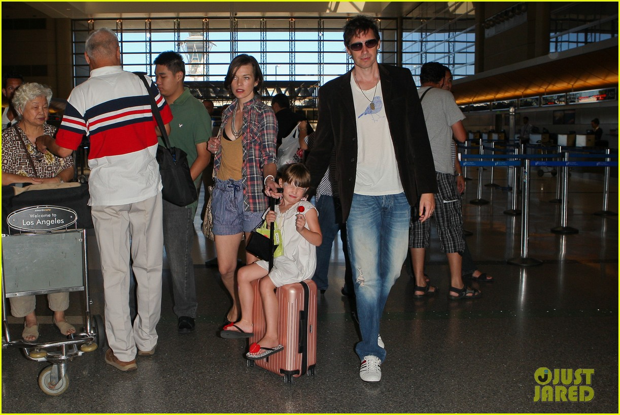 milla jovovich wheels ever through the airport 17