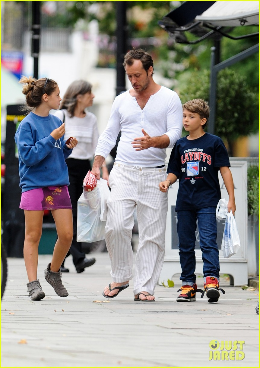 jude law shopping rudy iris 01