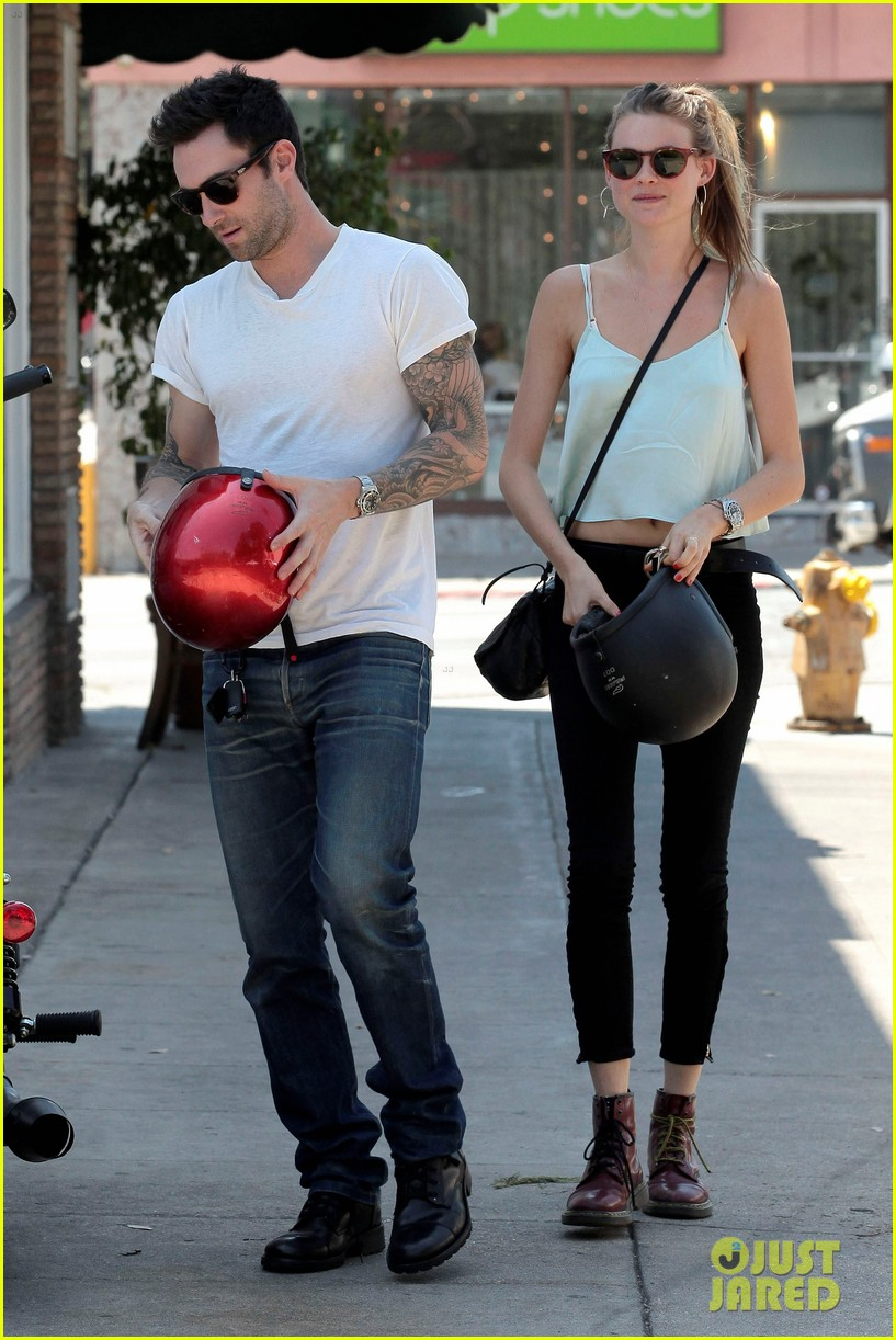 adam levine behati prinsloo mustard seed cafe couple 01
