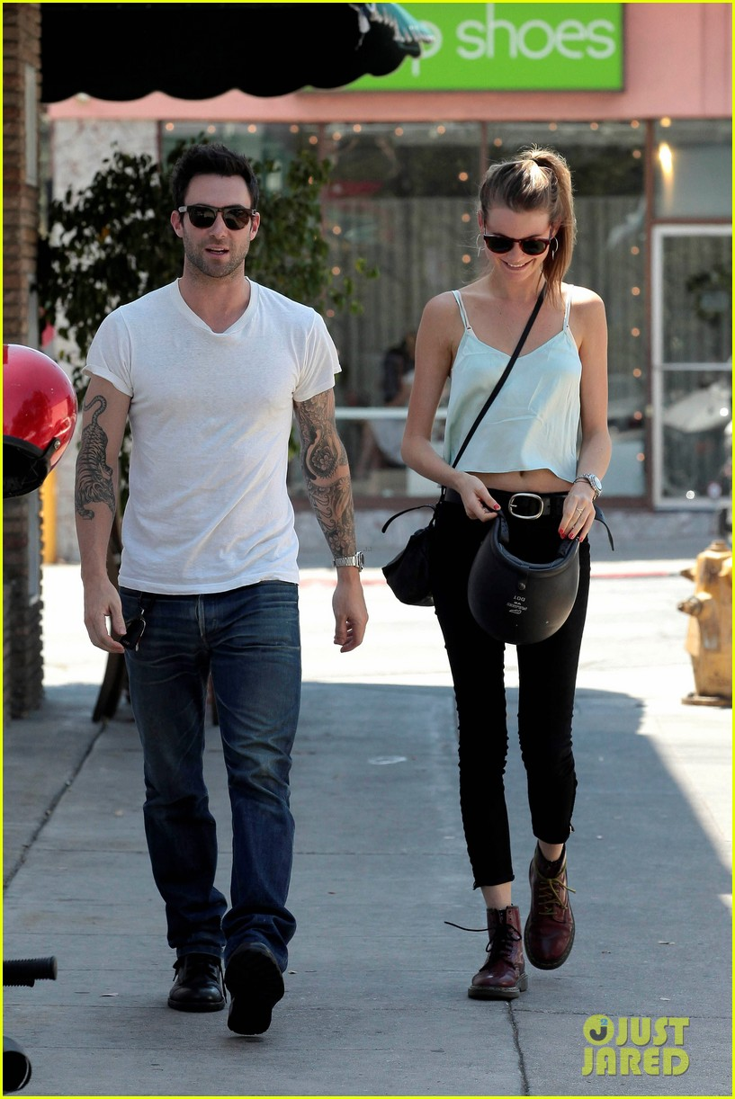 adam levine behati prinsloo mustard seed cafe couple 04