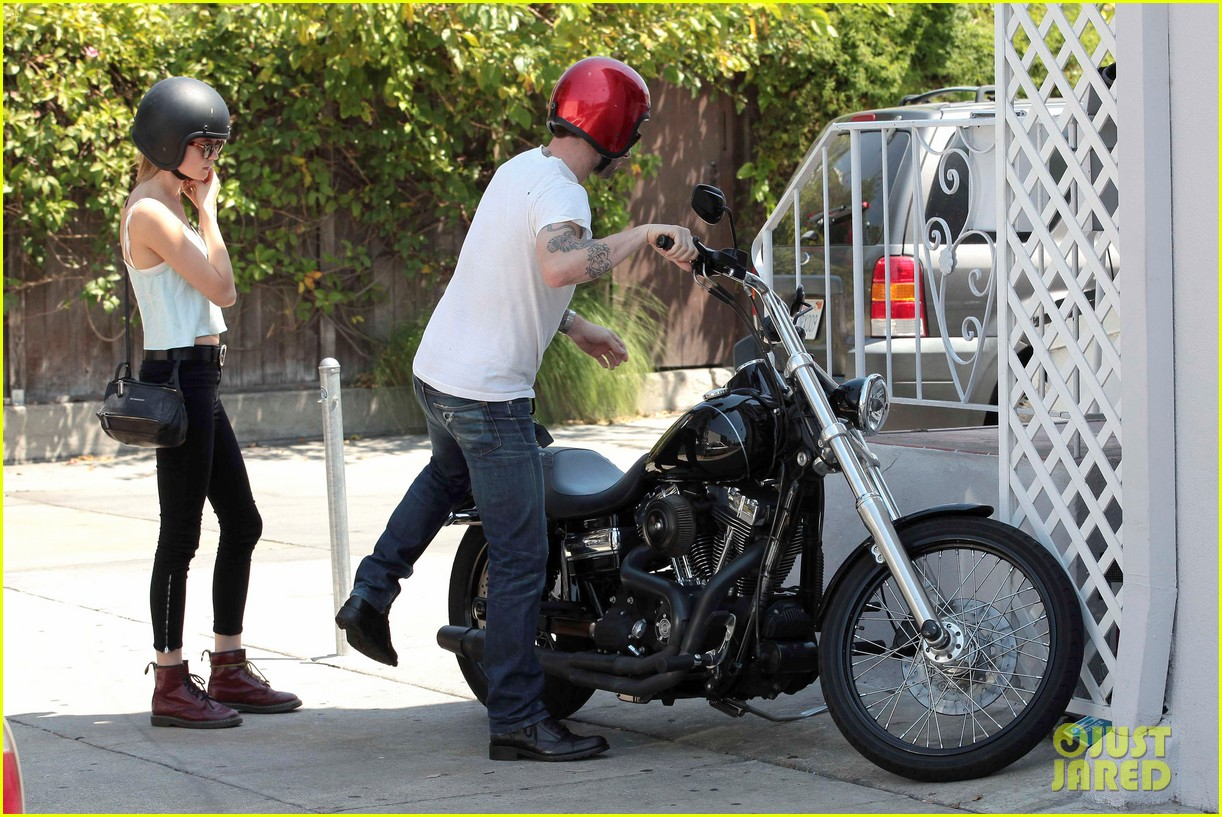 adam levine behati prinsloo mustard seed cafe couple 05