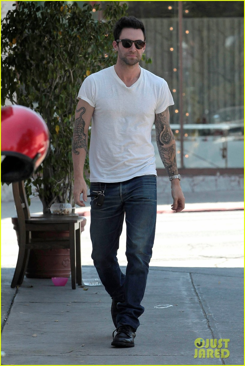 adam levine behati prinsloo mustard seed cafe couple 082698294