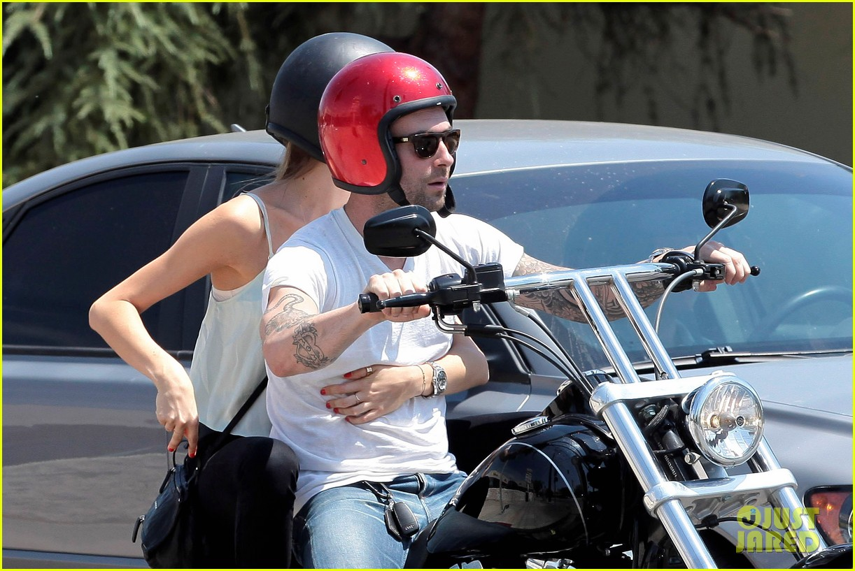 adam levine behati prinsloo mustard seed cafe couple 13