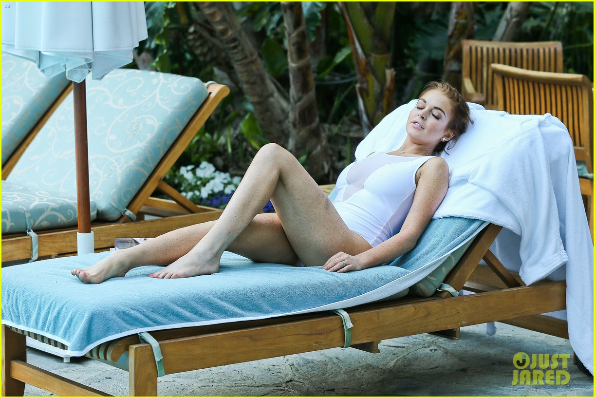 lindsay lohan poolside break in hollywood 13