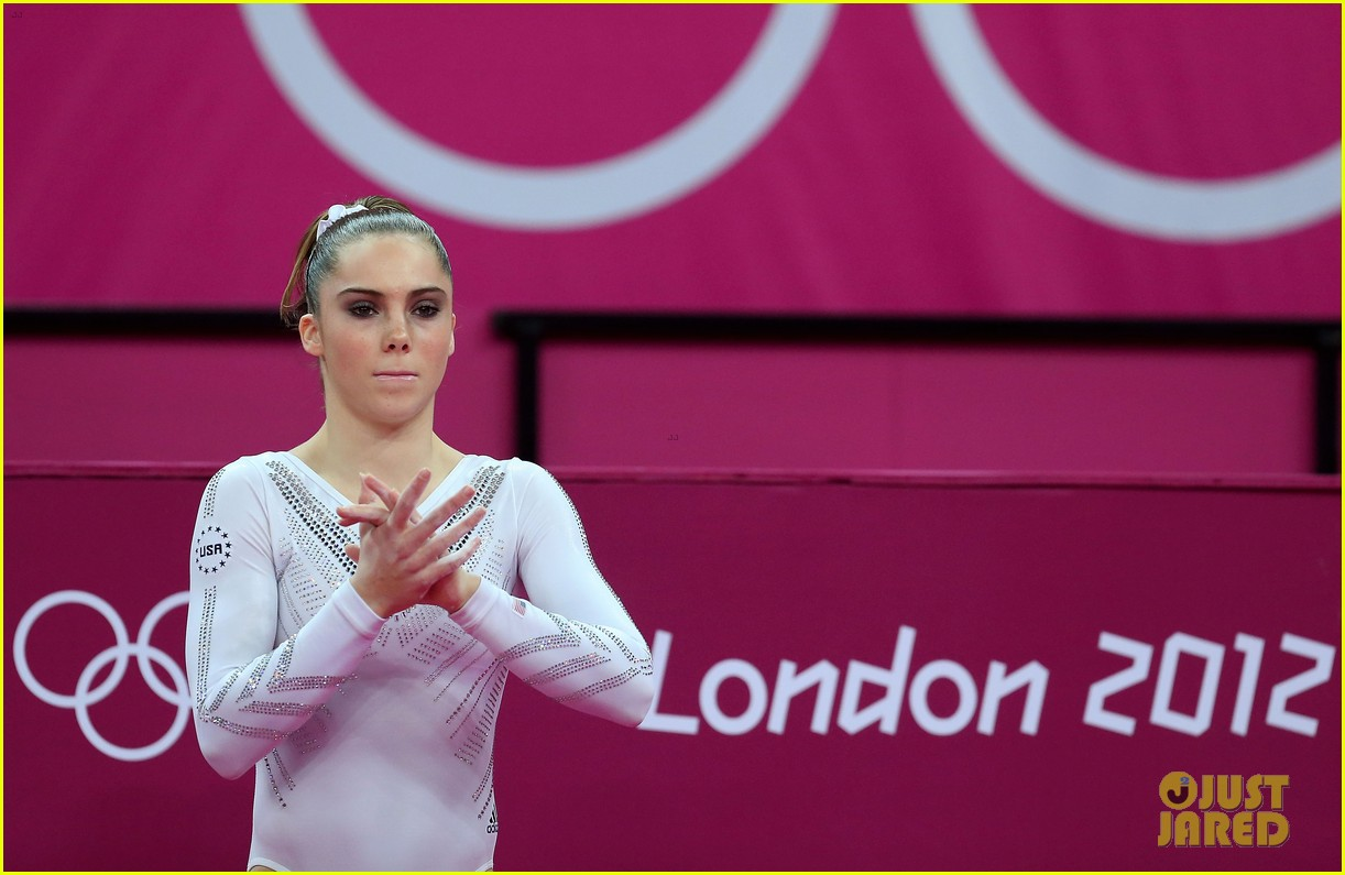 mckayla maroney falls during vault finals wins silver medal 08