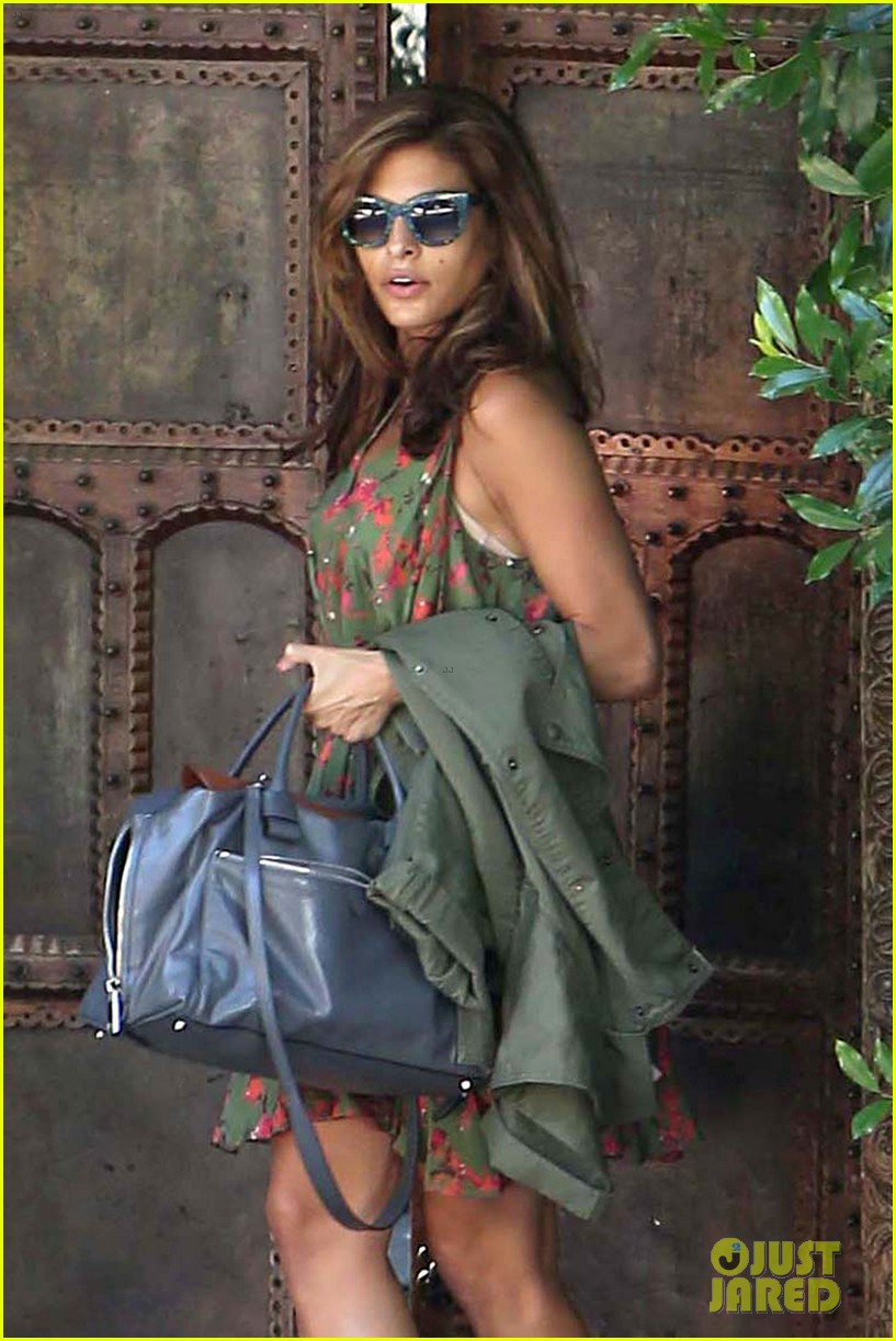 eva mendes heads to airport 04
