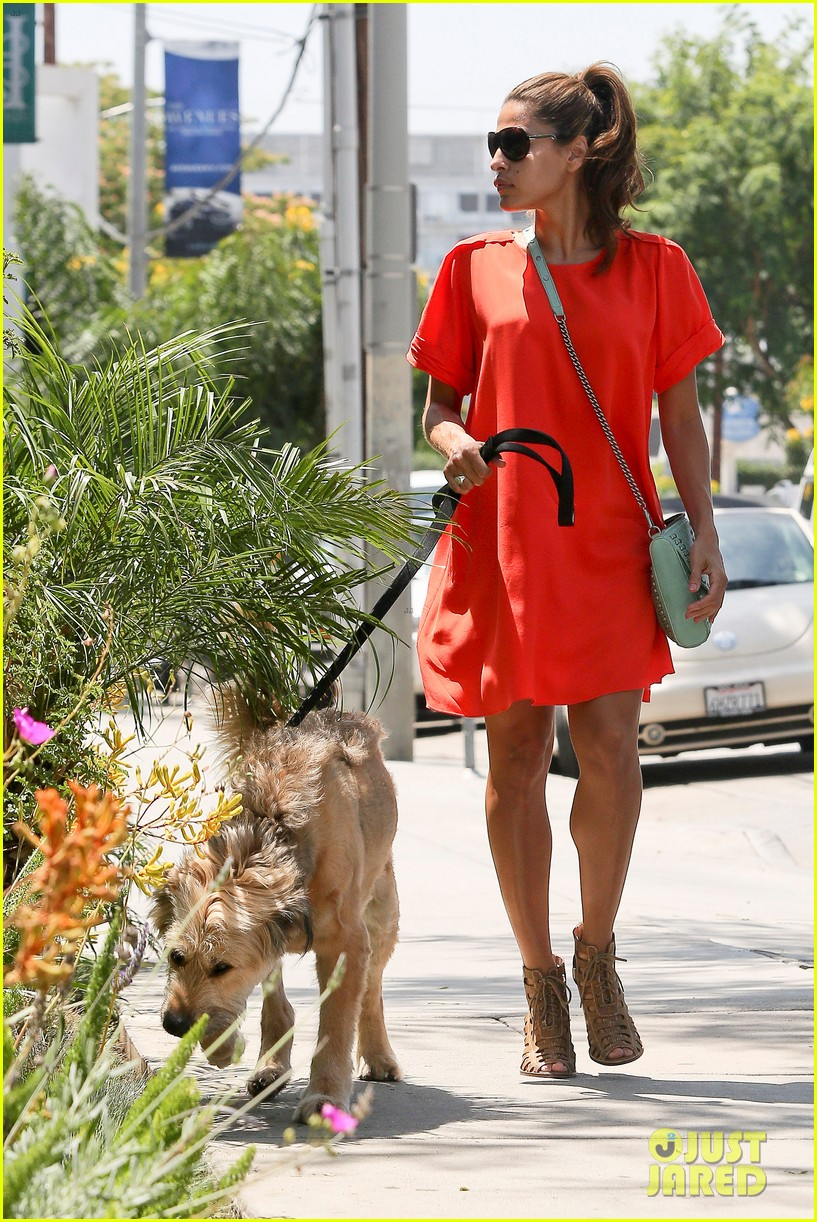eva mendes beverly hills dog walker 112696066