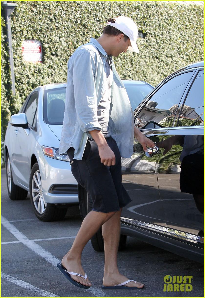 ashton kutcher mila kunis leaving restaurant 01 Ashton Kutcher
