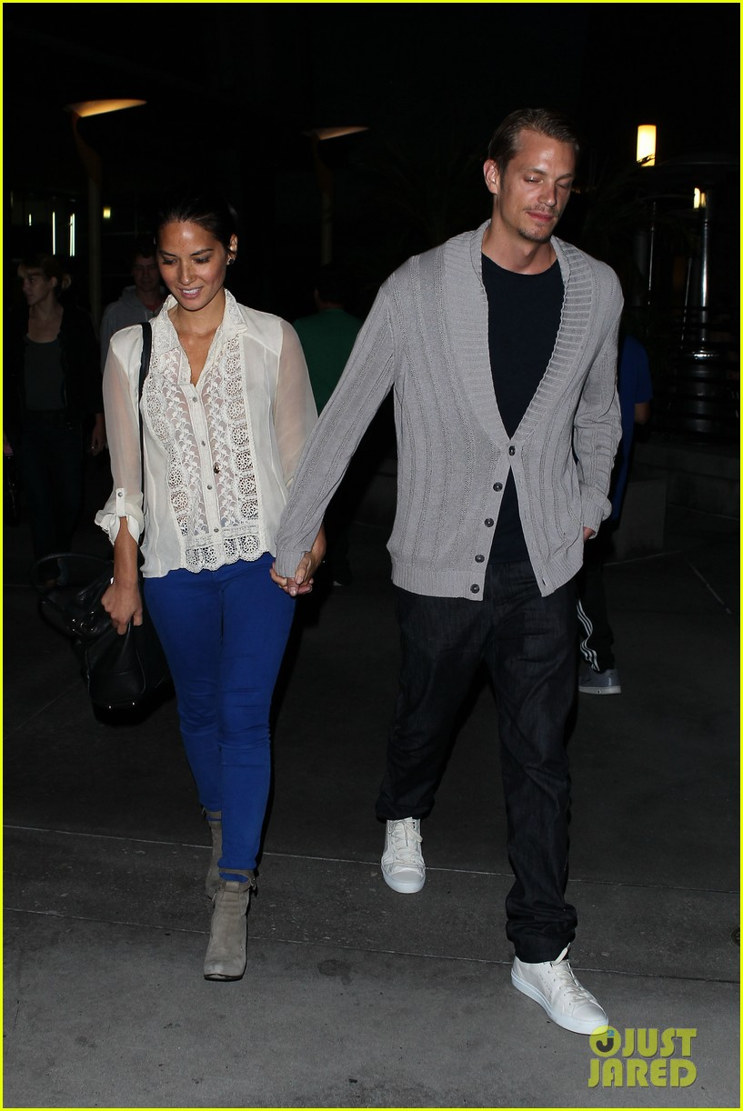 olivia munn joel kinnaman movie theater couple 072707773