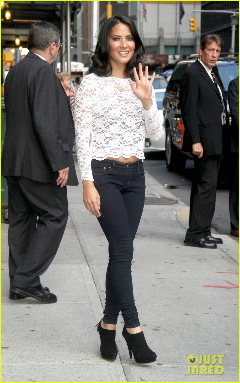 olivia munn fist bump david letterman 05