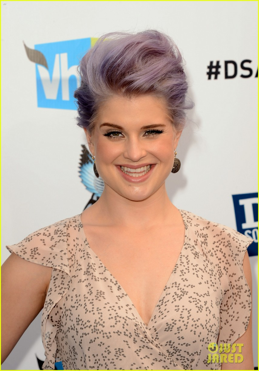kelly osbourne maria menounos do something awards 2012 blue carpet 022705546
