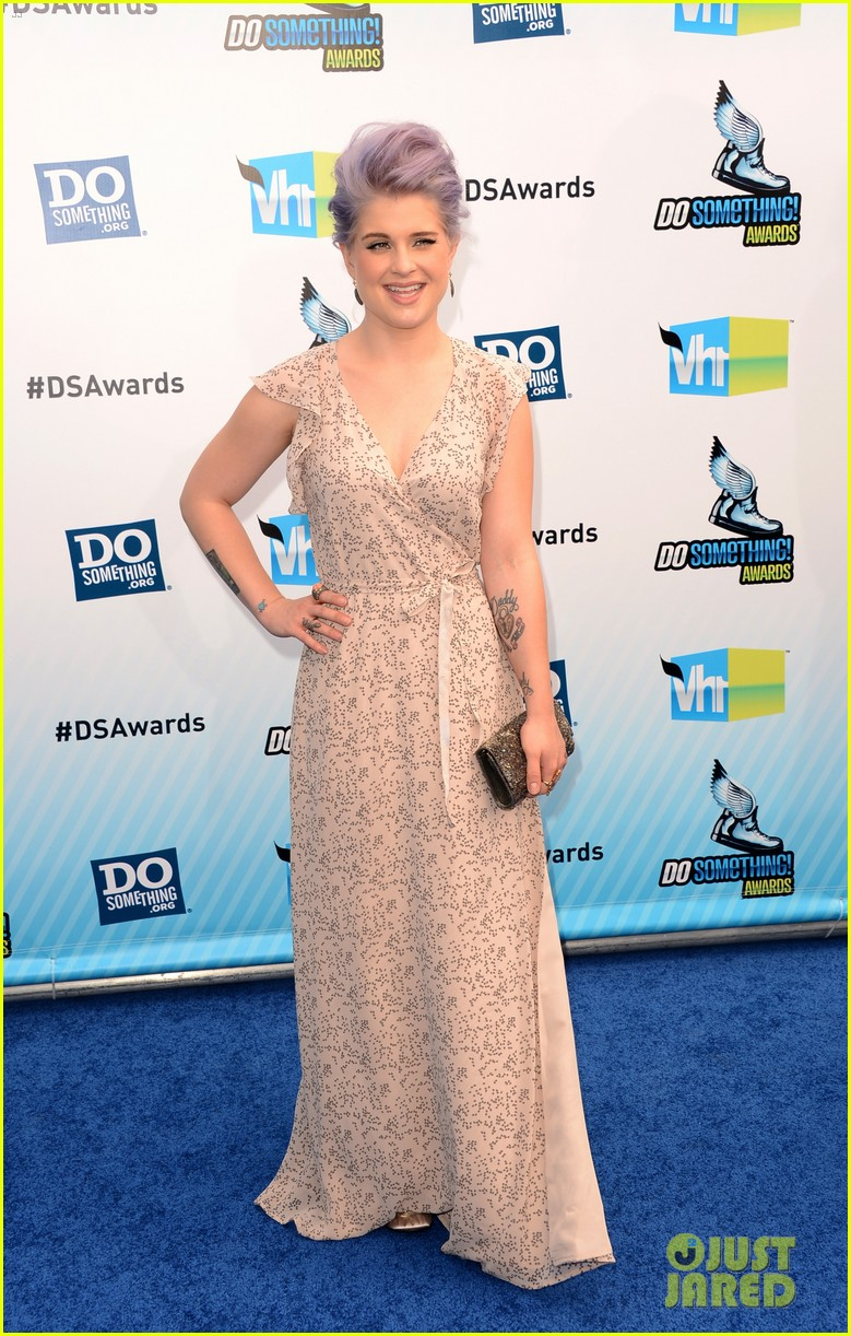 kelly osbourne maria menounos do something awards 2012 blue carpet 25