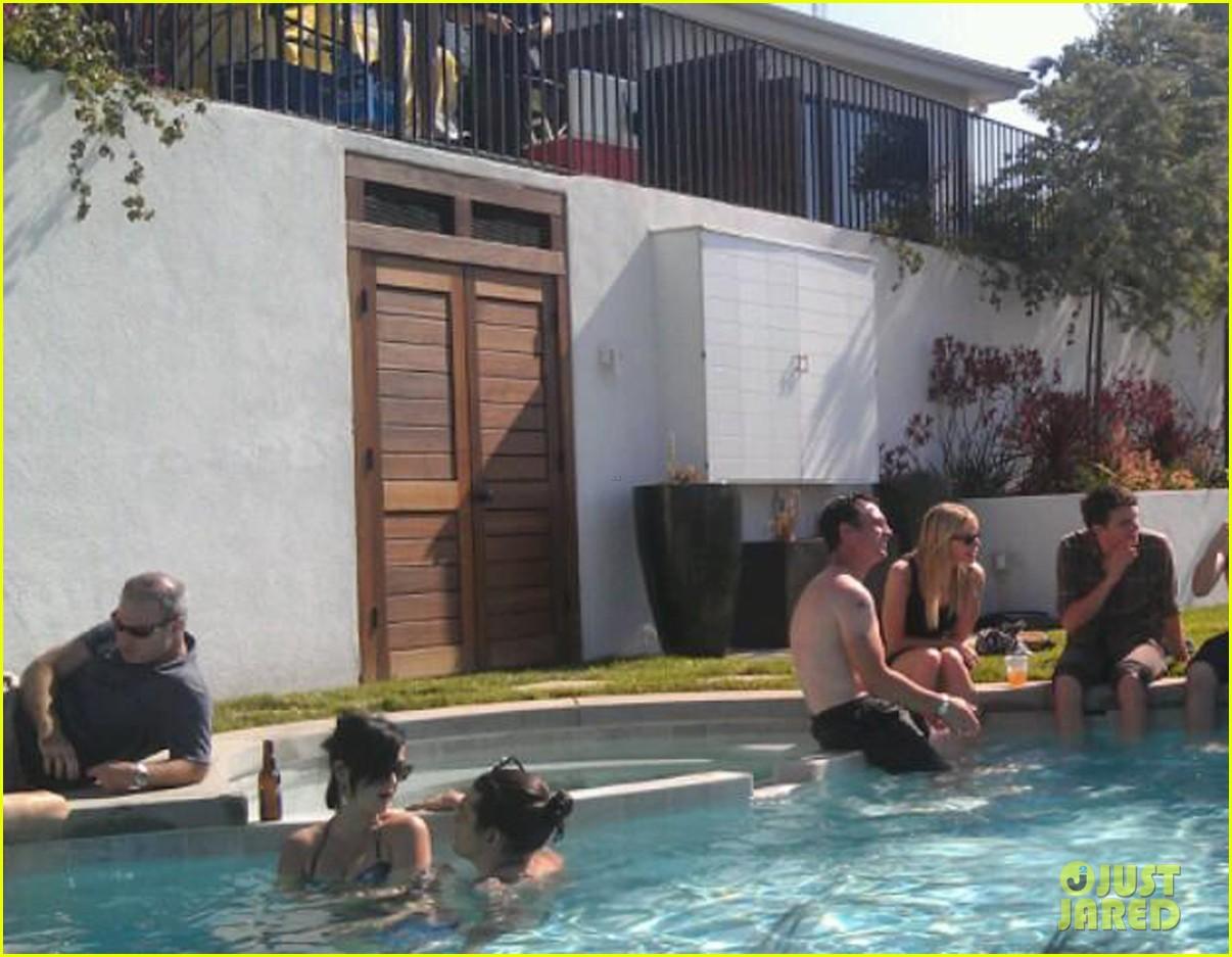 katy perry john mayer pool party embrace 02