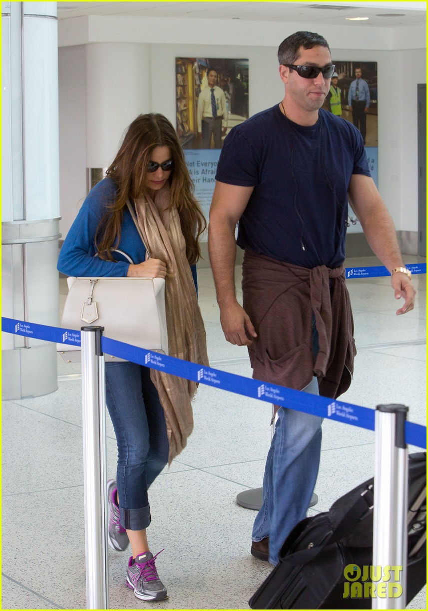 sofia vergara arrives airport 01
