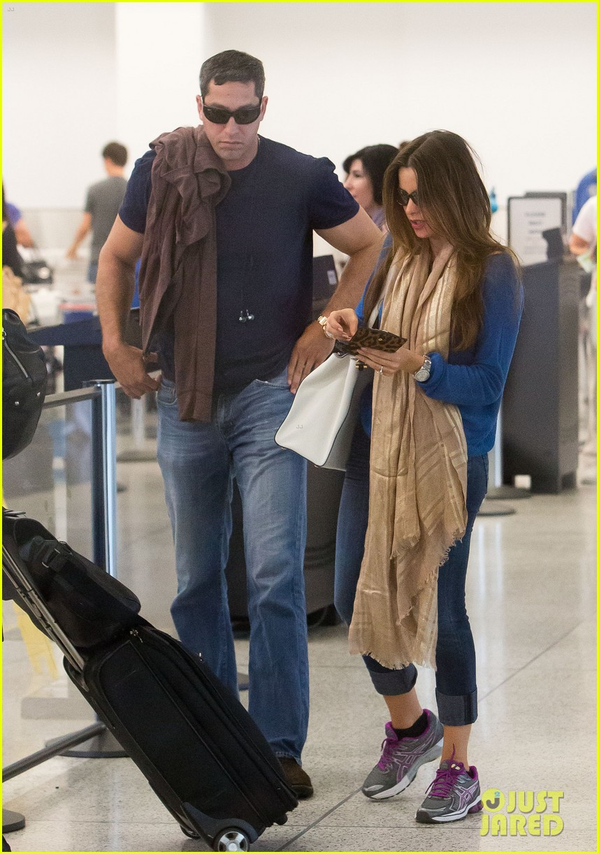 sofia vergara arrives airport 05