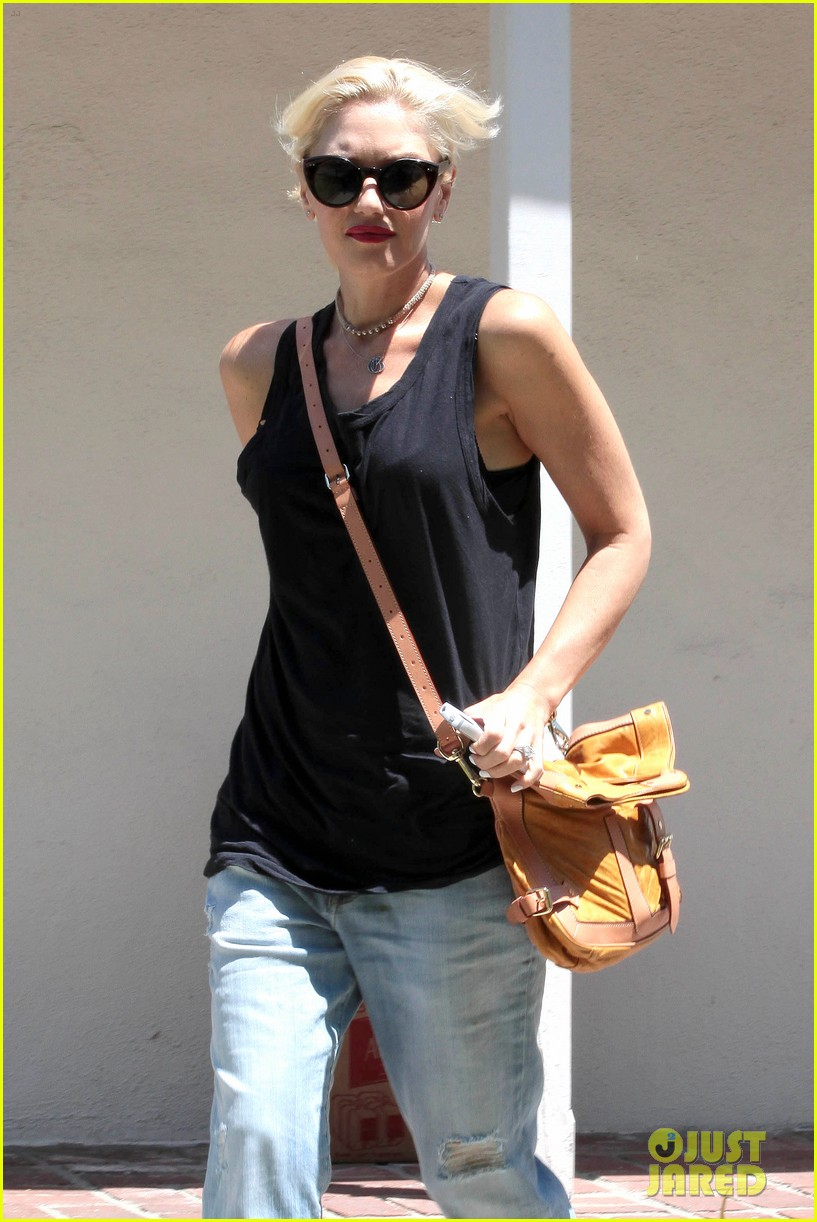 gwen stefani visiting friend 022699911