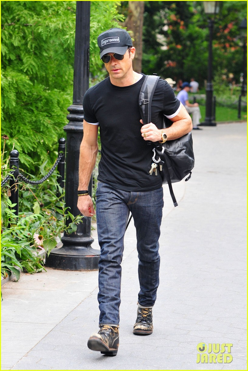 justin theroux central park stroll 01
