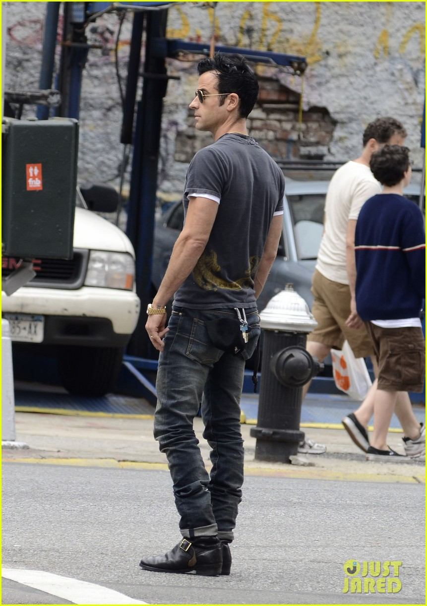 justin theroux steps out post engagement 10