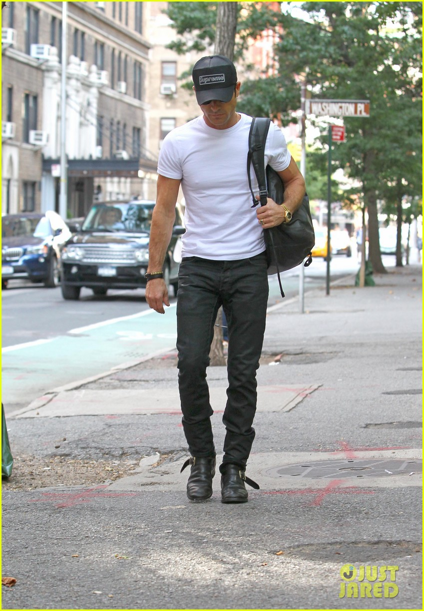 justin theroux reigns supreme in washington square park 03