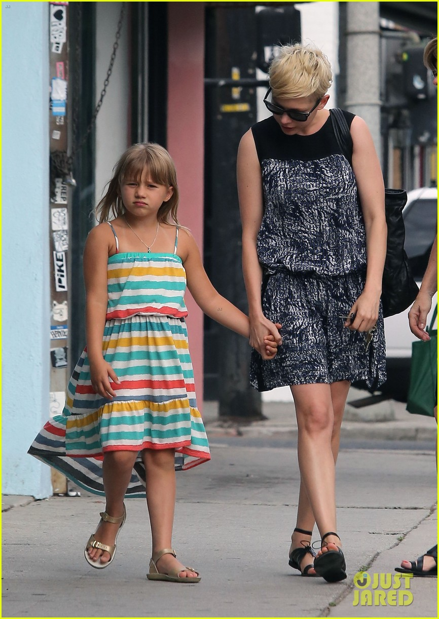 michelle williams glasses shopping with matilda 03